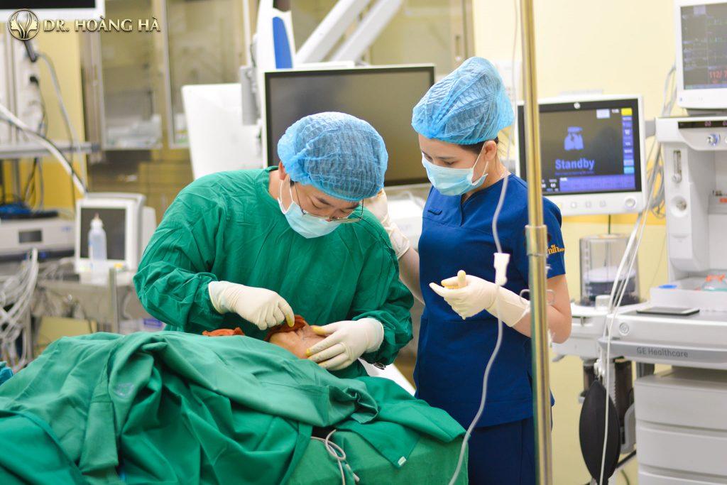 Các ca phẫu thuật đều được thực hiện tại môi trường vô khuẩn với sự hỗ trợ của trang thiết bị cao cấp, hiện đại.