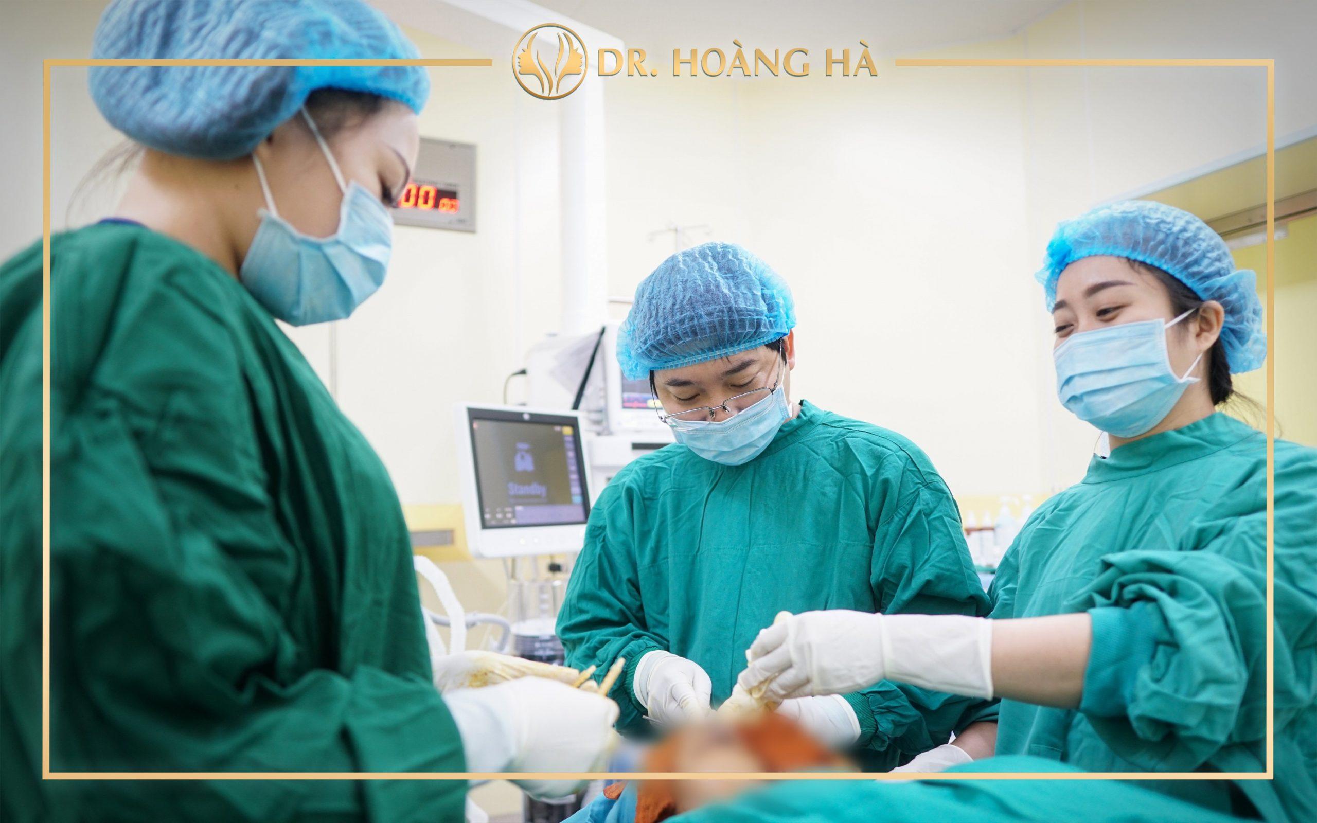 ThS. BS Nguyễn Hoàng Hà trực tiếp thực hiện các ca phẫu thuật