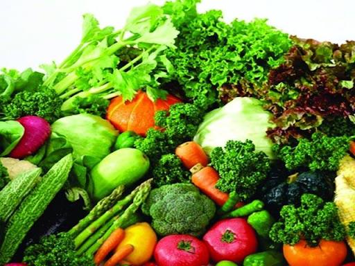 Rau xanh và trái cây tươi chứa nhiều vitamin